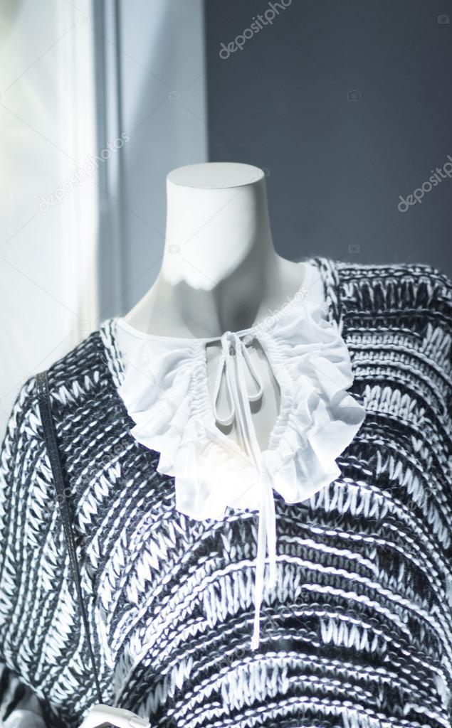2ac55ff96 Manequim de moda manequim de loja feminina na vitrina de loja boutique  vestindo moda atual em roupas — Foto de ...