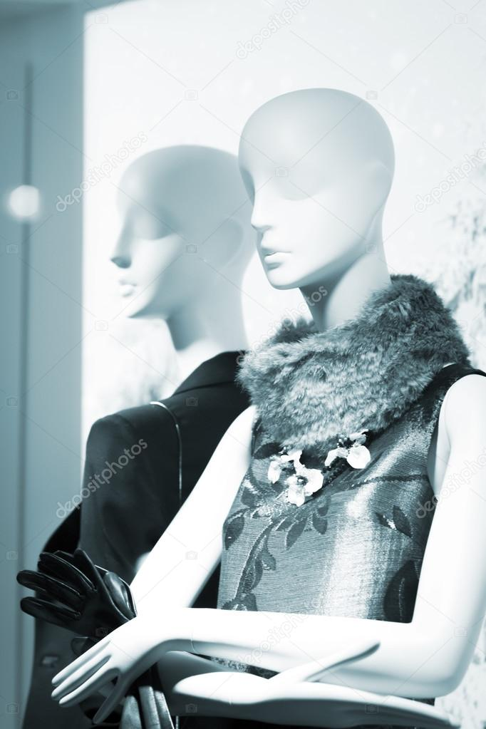 5699c47d0 Manequim de moda manequim de loja feminina na vitrina de loja boutique  vestindo a moda atual das mulheres em roupas — Foto de ...