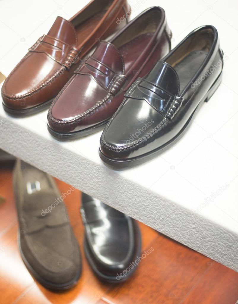 8355516df Couro luxo feitos à mão masculino sapatos formais em foto de janela de loja  — Foto de ...