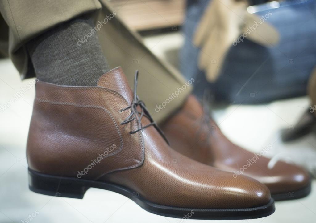 Магазин взуття чоловіче взуття на дисплеї — Стокове фото — роздрібна ... 85c6c58872afc