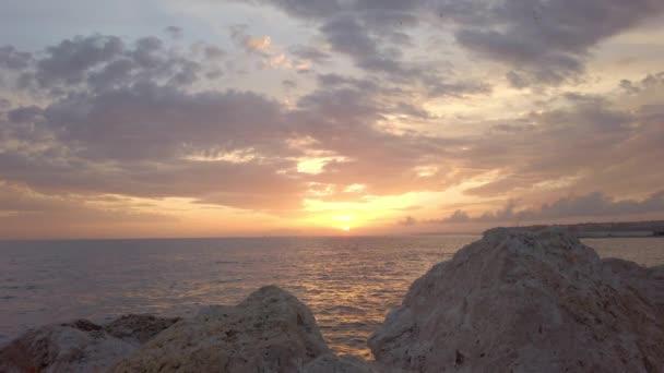 Gyönyörű a kilátás. Csodálatos naplemente. Drámai égbolt. Sziklás part. - Jó estét! Horizont