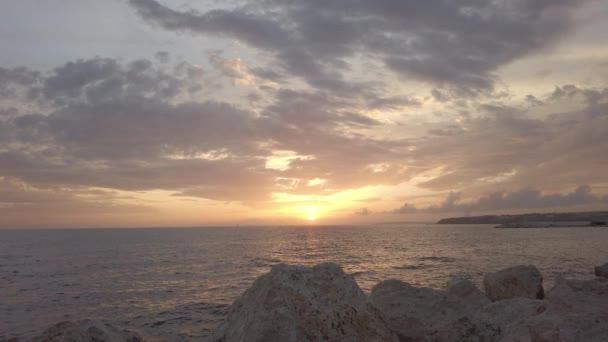 Gyönyörű a kilátás. Csodálatos naplemente. Drámai égbolt. Sziklás part. Jó estét..