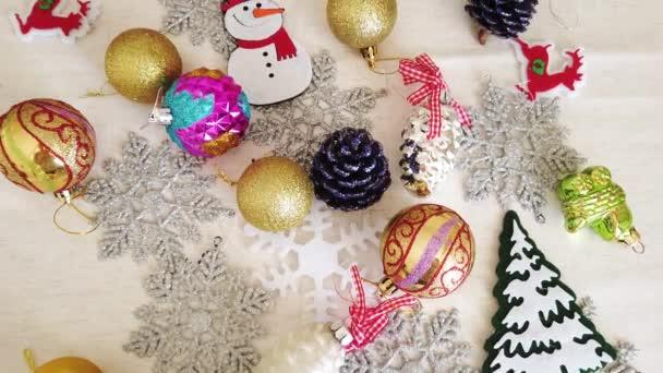Sklo plastové keramické textilní vánoční stromeček dekorace na bílé krajkové ubrusy