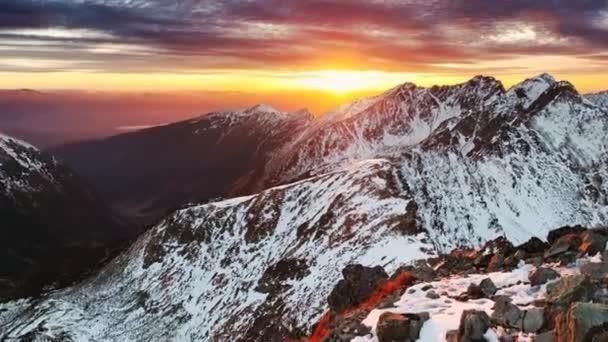majestátní západ slunce v zimě hory krajina
