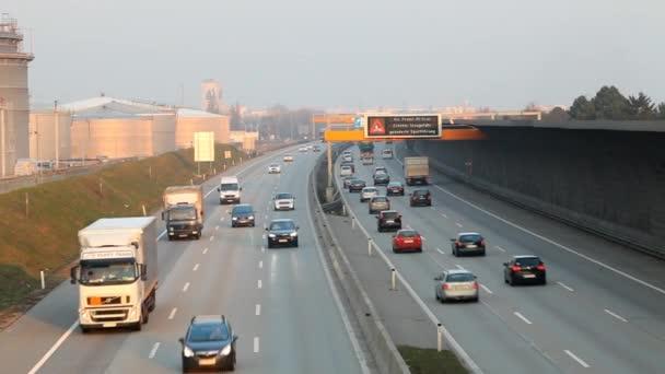 Dálnice se aut a kamionu - časová prodleva