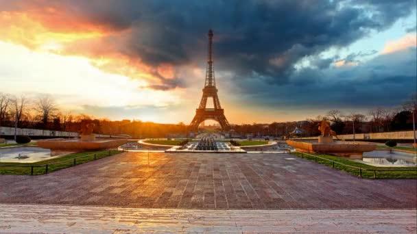 Paris, Eiffel Tower at sunrise - Time lapse