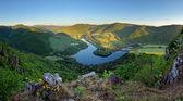 Krásná Slovenská panoramatické krajiny s skála a řeka se