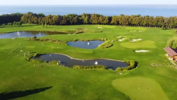 Velké zelené golfové hřiště