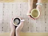 ruce držící kávy