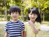 Fotografia sorella e fratello asiatico