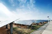 pannelli solari contro il cielo blu