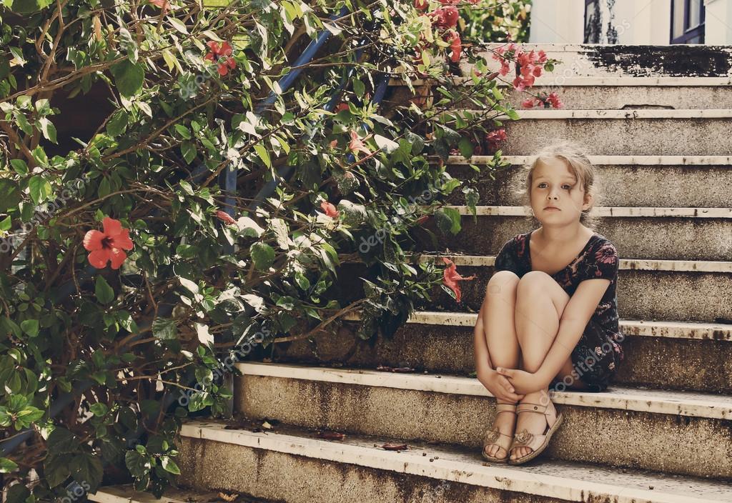 niedliche kleine m dchen sitzt auf der treppe stockfoto 53368863. Black Bedroom Furniture Sets. Home Design Ideas