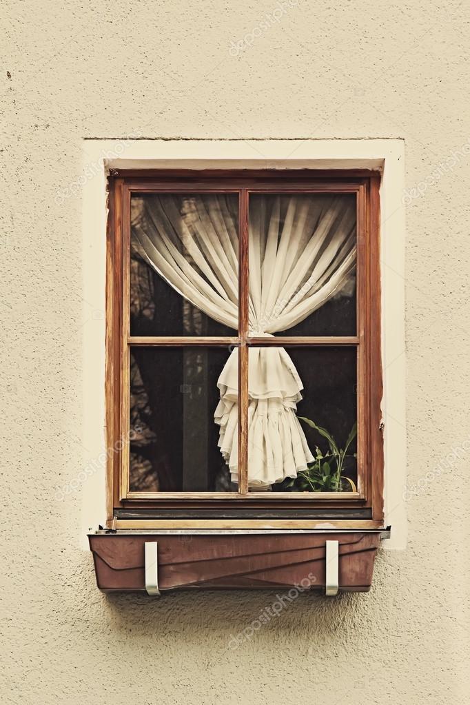 Marco de ventana de madera vintage con cortina — Fotos de Stock ...
