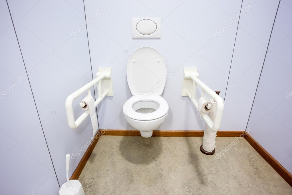 Eine behindertengerechte toilette u2014 stockfoto © denboma #117196770