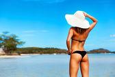 Fotografia giovane donna abbronzata in bikini nero