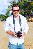 pohledný mladík fotograf