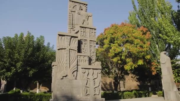Népirtás emlékműve Baptiszterium előtt Etchmiadzinben