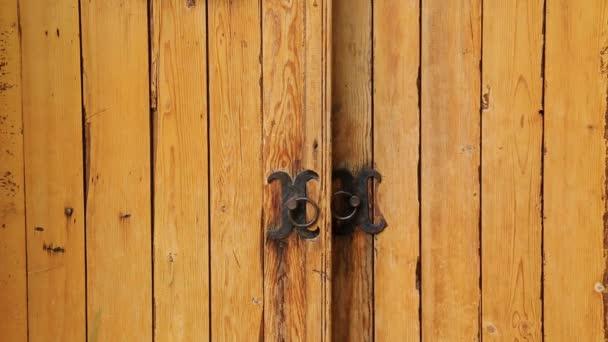 Magische Vintage-Holztür öffnet sich im Frühling. Märchen für Kinder