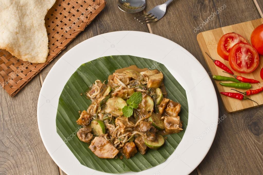 Rujak Cingur индонезийский салат из корову губ стоковое фото