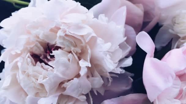 Pastelové pivoňkové květy v květu jako dovolená, svatba a květinové zázemí