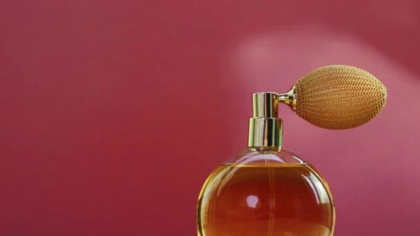 Zlatý parfém láhev a zářící světelné erupce, elegantní vůně vůně jako luxusní produkt pro kosmetické a kosmetické značky