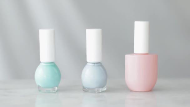 Nailpolish palackok, mint szerves kozmetikai termék francia manikűr vagy pedikűr, színes pasztell körömlakk márvány asztalon, lányos smink és szépség márka