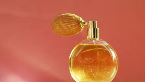 Goldene Parfümflasche und leuchtende Lichterketten, schicker Duftduft als Luxusprodukt für Kosmetik- und Schönheitsmarken