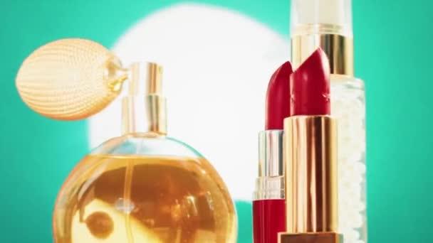 Smink termékek zöld háttér, készlet bőr, parfüm és rúzs, nyaralás kozmetikumok és luxus szépség márka