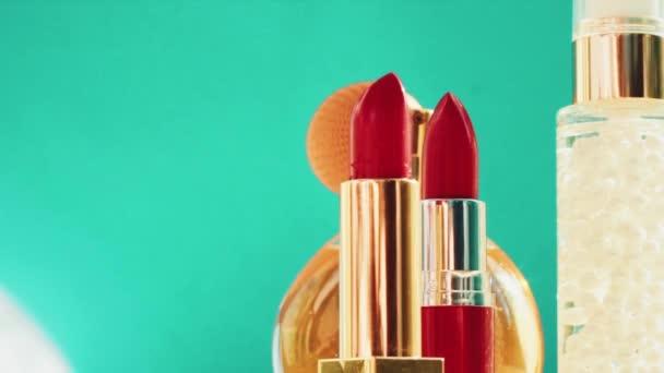 Make-up produkty na zeleném pozadí, sada péče o pleť, parfémy a rtěnky, dovolená kosmetika a luxusní kosmetické značky