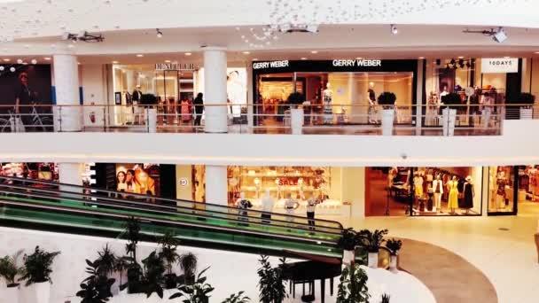 Interiér nákupního centra během pandemie, obchod a obchody otevřené pro zákazníky, nošení masek