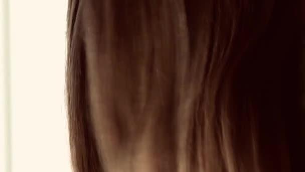 Osušení vlasů jako přírodní péče o vlasy, žena s dlouhým účesem, kosmetický a stylový produkt, krása a wellness vzhled
