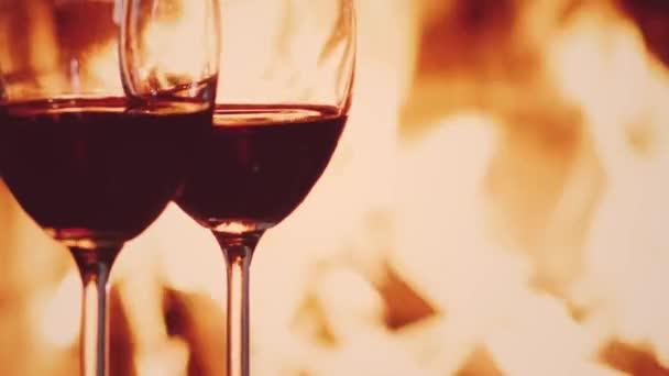 Červené víno u krbu, útulná a relaxační atmosféra na venkově doma, romantický večer a dovolená pozadí, kvalitní nápoj a luxusní odpočinek koncept
