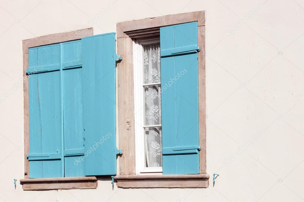 Finestre con persiane in legno aperte e chiuse foto stock zvirni 87953362 - Finestre condominiali aperte o chiuse ...