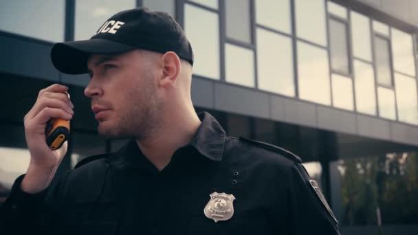Policista pomocí vysílačky při stání venku