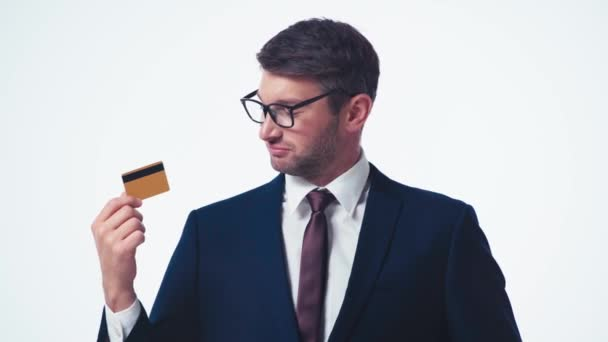 Erfolgreicher Geschäftsmann zeigt mit dem Finger auf Kreditkarte
