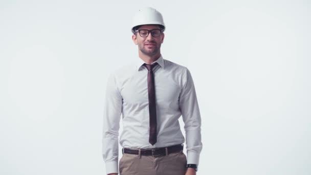 fröhlicher Architekt mit Hut und Brille zur Begrüßung isoliert auf weiß
