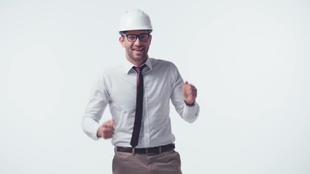 glücklicher Architekt mit Hut und Brille, der isoliert auf Weiß tanzt
