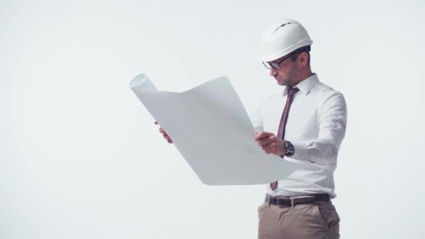 architekt v klobouku při pohledu na modrotisk izolovaný na bílém