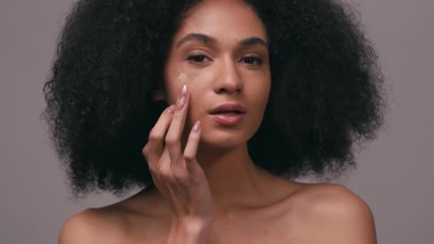 mosolygó afro-amerikai nő alkalmazása arc alapítvány elszigetelt szürke