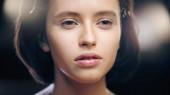 zblízka mladé brunetky žena s obličejem nadace dívá pryč