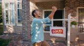 izgatott férfi örül közelében eladott ellátás és az új ház