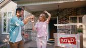 boldog férfi ad kulcsot vidám feleség közelében új ház és eladott ellátás