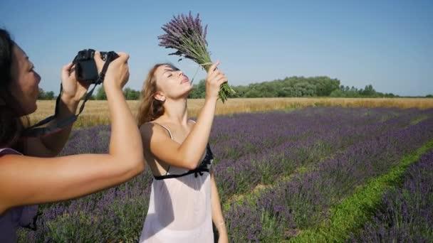 Mladá žena se k fotografovi v levanduli