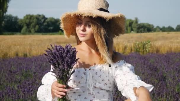 Mladá krásná žena relaxační v levandulovém poli v letní den