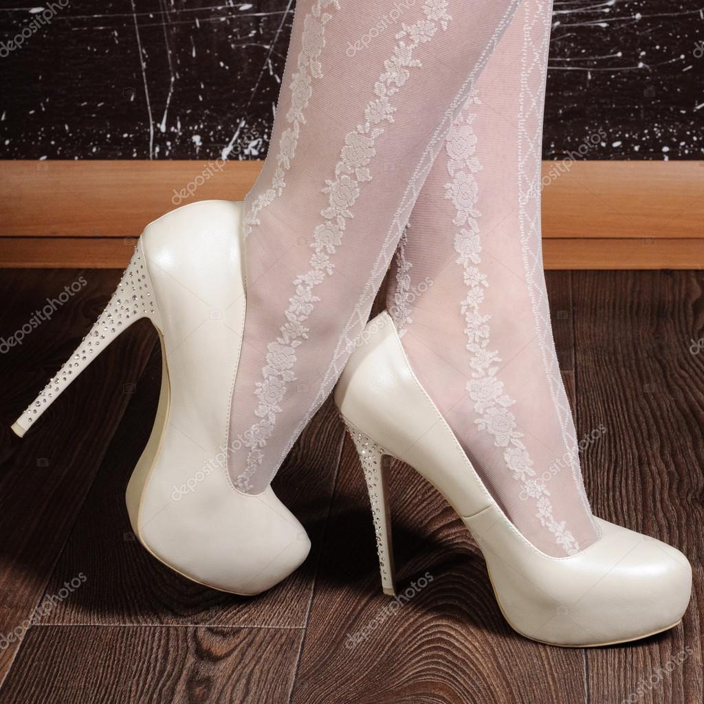 Жіночі ноги в білим мереживом панчохи з квітковими ажурного візерунка 348750a9c5bbc