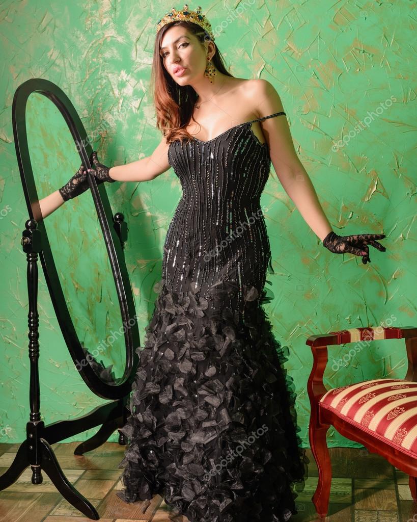В черном платье она стояла