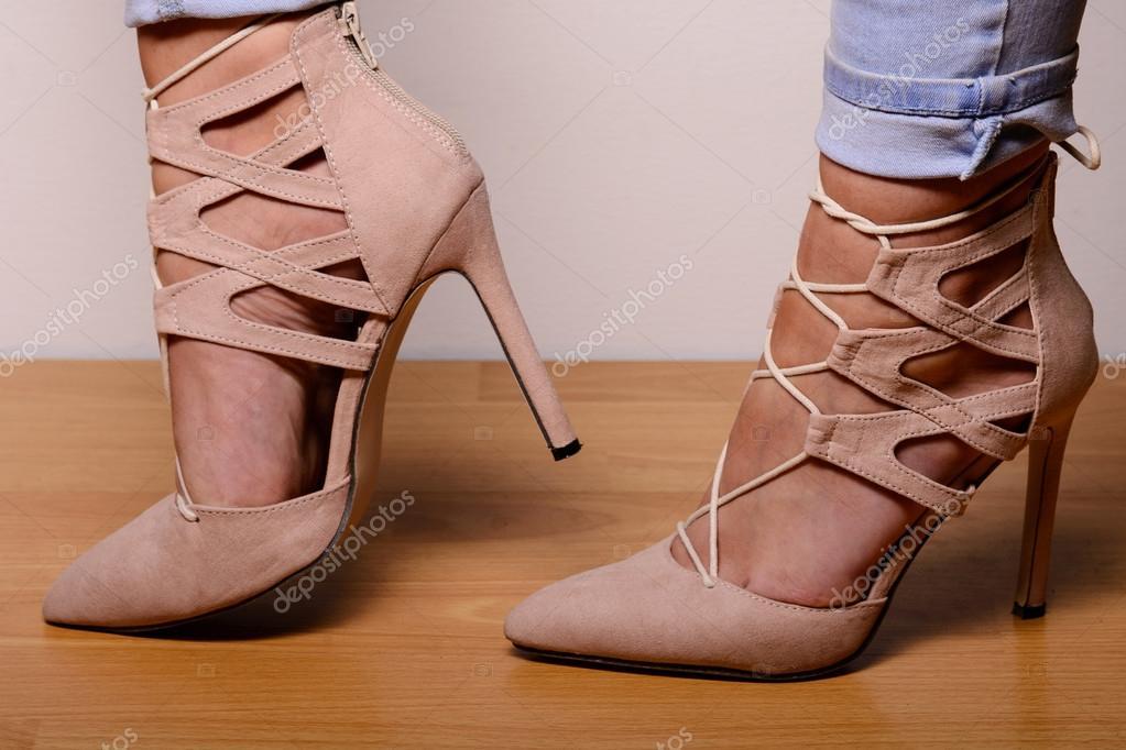 Светло коричневые замшевые туфли на высоком каблуке, одетые в ... edaa8c26ff1