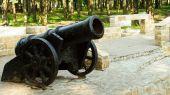 starožitné litinové kovové dělo na molu
