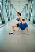 Muž a žena, která dělá cvičení v konstrukci moderní most