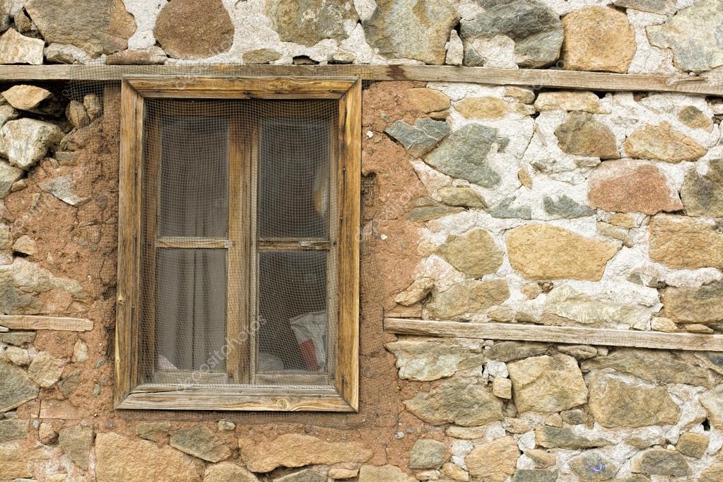 Vecchia finestra in un muro di mattoni antico in un for Piani di fattoria in mattoni
